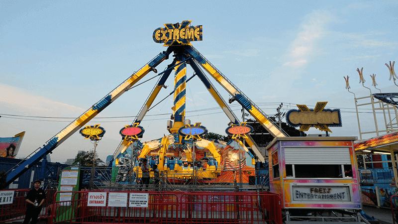 เอ็กซ์ตรีม (extreme)เป็นเครื่องเล่นที่ตื่นเต้นที่เหวี่ยงไปถึงระดับ 120 องศา แขนของเครื่องเล่นมีลักษณะเหมือนกรงเล็บ ประกอบไปด้วยตัวที่นั่ง 4 ที่ แต่ละที่จุผู้เล่นได้ 4 คน